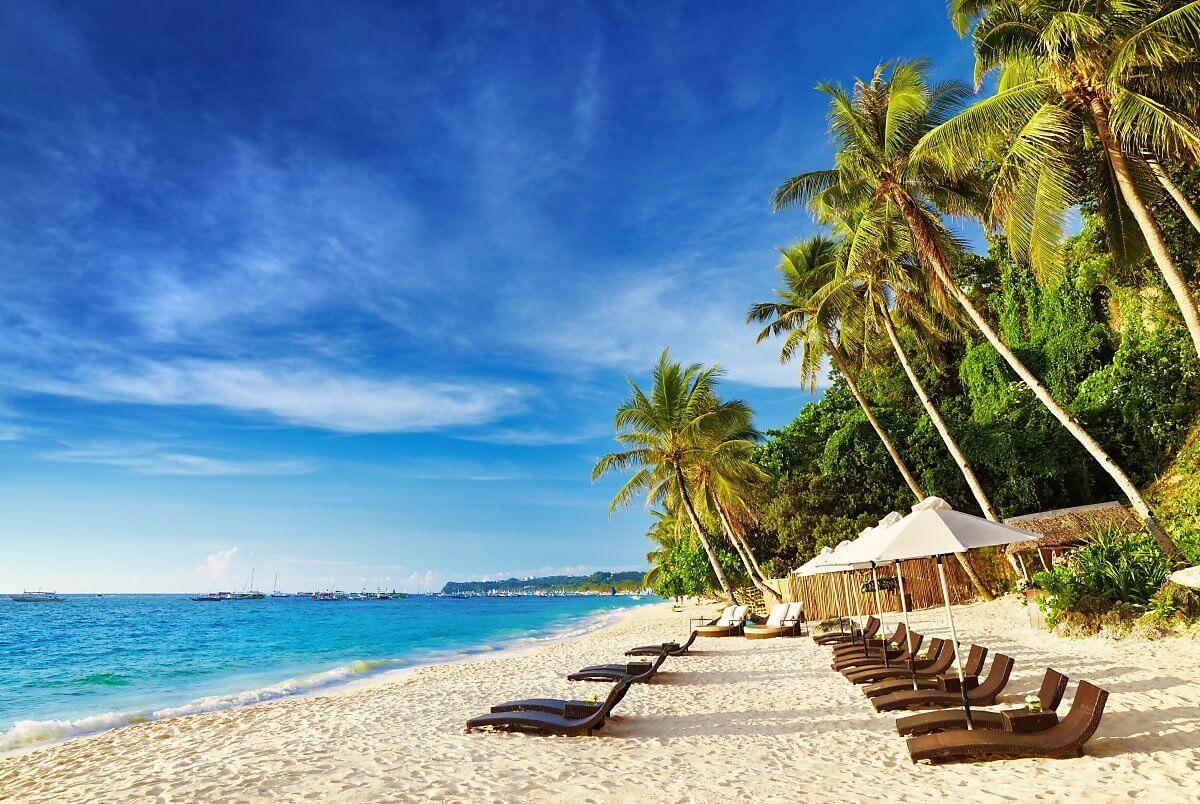 Bãi biển Tambisaan hiện lên với hoang sơ và xinh đẹp là điểm đến tuyệt vời đối với những ai thích nằm dài cả ngày phơi nắng