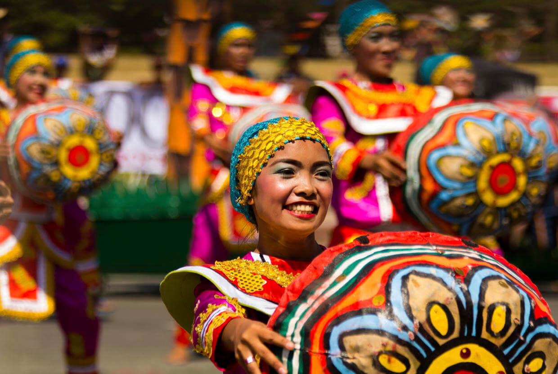 Người Philippines mặc trang phục truyền thống